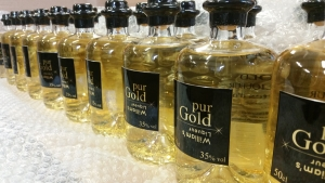 Bottling with gold flakes for Pur Gold Williams